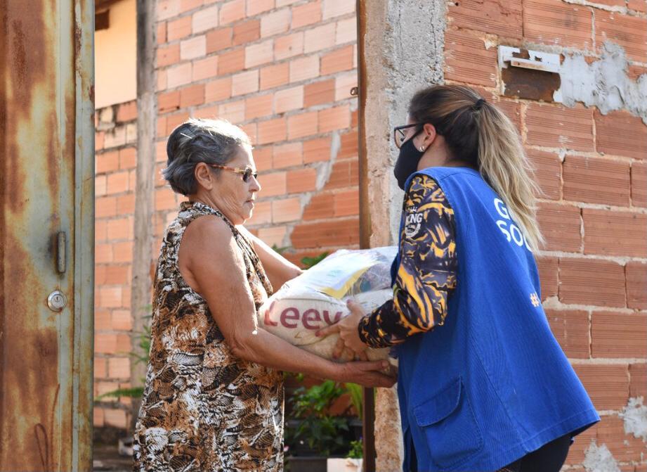 As cestas são entregues, de porta em porta, sem gerar aglomeração, beneficiando inúmeras famílias.
