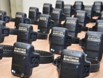 Caiado sanciona lei que prevê cobrança para uso de tornozeleiras eletrônicas, em Goiás