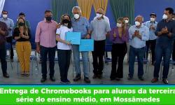 Entrega de Chromebooks para alunos da terceira série do ensino médio, em Mossâmedes
