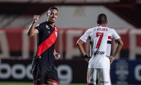 Atlético-GO aproveita falhas do São Paulo e vence mais uma no Brasileirão