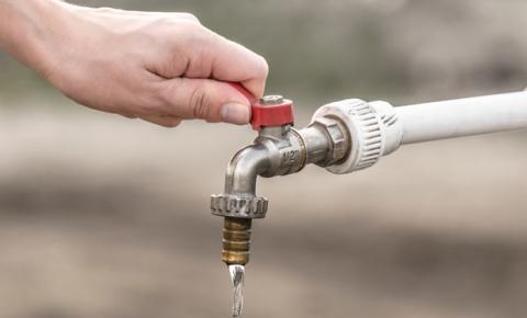 Governo recorre a usinas termelétricas em meio à crise hídrica, e a população busca maneiras de economizar água e energia