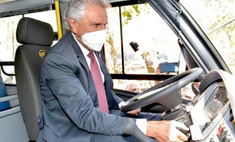 Com a proximidade da volta às aulas, Caiado entrega 210 novos ônibus escolares